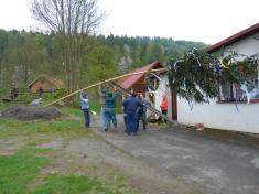 Stavba hasičského mája