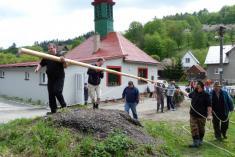 Stavění hasičského máje