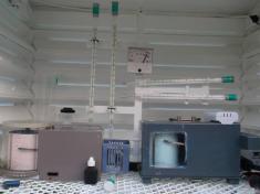 Detail přístrojů vbudce (teploměry, termograf, hygrograf, odměrný válec, vlhkoměr)