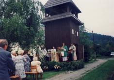 Mše svatá sloužená předdřevěnou zvonicí P.Antonínem Nevolou, držkovským rodákem, kolem roku 2000